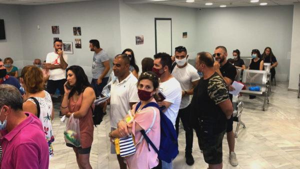Radhët e gjata në dyert e ambasadës, si po u përgjigjet Ministria e Jashtme nevojave të shqiptarëve në Greqi?