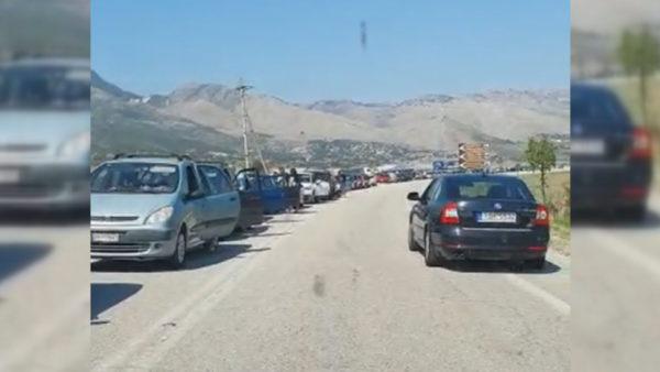 Radhët në Kakavijë, Ministria e Jashtme: Pala greke po kryen 330 testime në orë. Dërgohen 10 mijë litra ujë për njerëzit e bllokuar