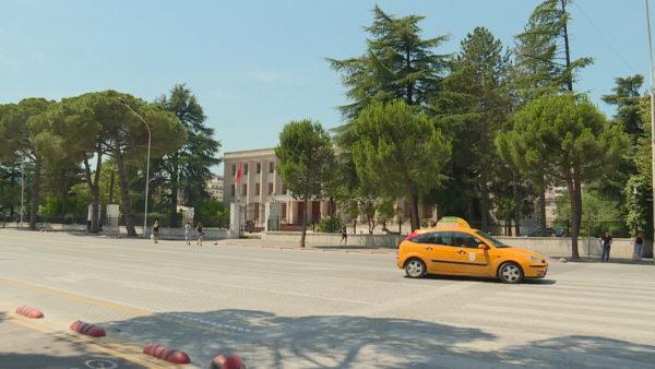 Shqipëria në 4 rajone, Meta ende pa dekret aprovues, politika vijon përplasjet