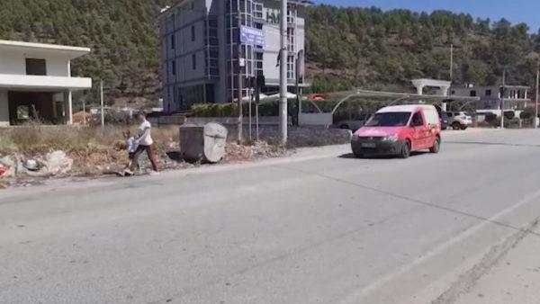 Rreziku në Elbasan, banorët ecin anës rrugës pa trotuare dhe pa ndriçim