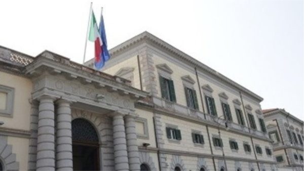 Emigrantët me koronavirus kafshojnë dhe mjekët dhe tentojnë të ikin nga spitali italian