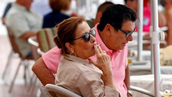 Në Spanjë do ndalohet duhani edhe në ambientet e jashtme, përhap koronavirusin