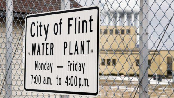 Burimi i ujësjellësit ishte i helmuar, banorët e qytetit dëmshpërblehen me 600 milionë dollarë