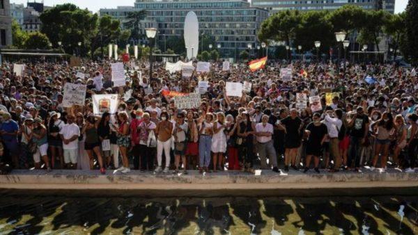 Manifestim kundër maskave në Madrid, protestuesit: Duam të shikojmë virusin