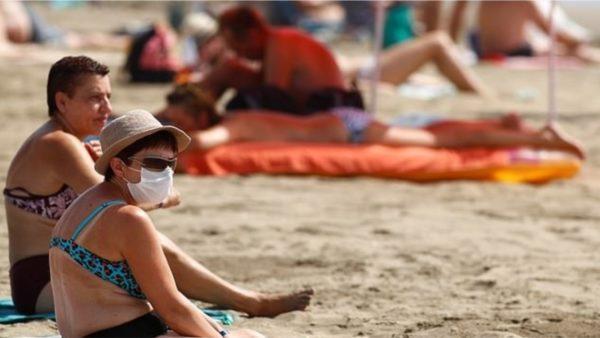 Me maskë edhe në plazh, bëhet e detyrueshme në ishujt spanjollë