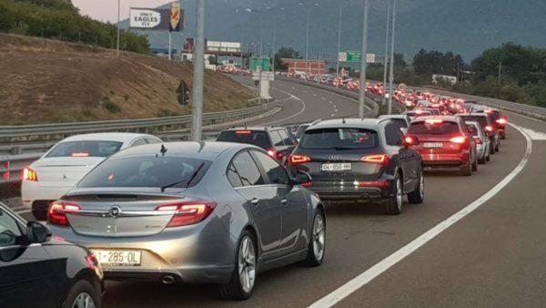 Radhë kilometrike automjetesh në rrugën e Kombit