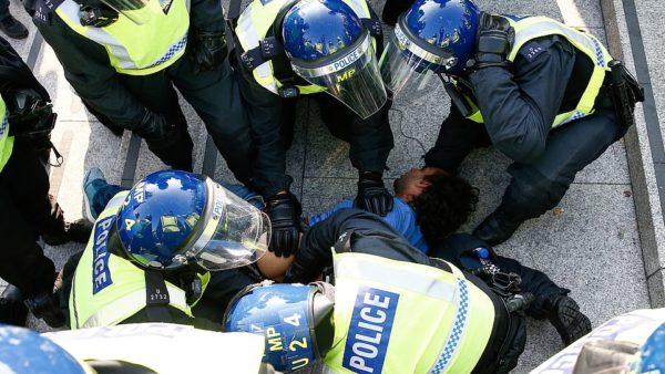 Manifestim kundër masave shtrënguese në Londër, përplasje me policinë