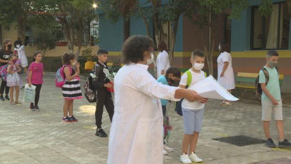 Fillon shkolla, fëmijët kthehen në klasa me maska dhe me rregullat e pandemisë