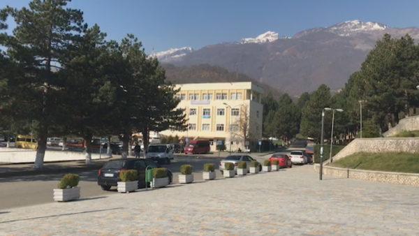 Vështirësi financiare, bashkitë e Hasit e Tropojës duan fonde për hapjen e shkollave