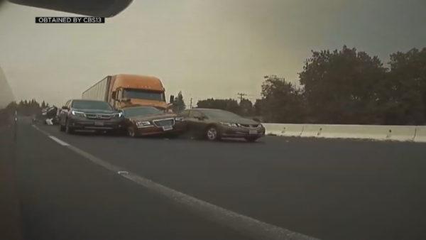 Drejtuesi i kamionit humbet kontrollin, merr para mbi 10 makina