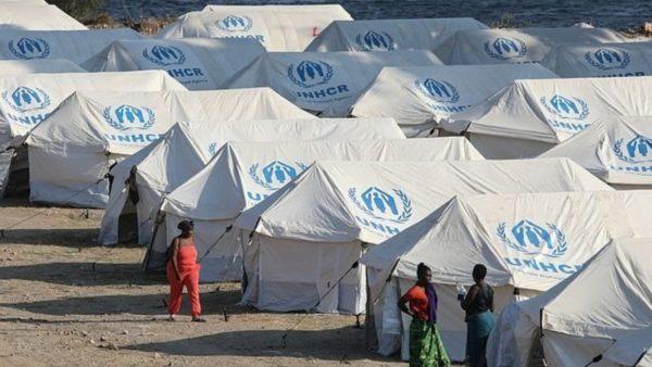 Emigrantët në Lesbos, me mijëra flenë në rrugë, refuzojnë kampin e ri