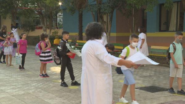 Në 1 javë shkollë, në Tiranë asnjë klasë e mbyllur, 3 nxënës e 26 mësues në izolim