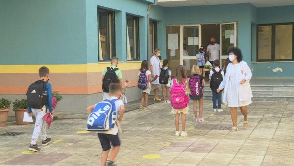 """Shkollat """"Covid"""" në Tiranë, 12 mësues dhe 3 nxënës të infektuar"""