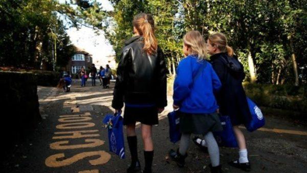 Pandemia në Britani, 1 në 20 fëmijë ende nuk ka shkuar në shkollë