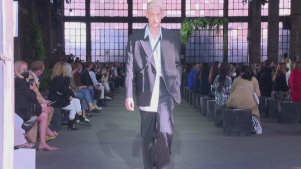 Java e modës në Milano, Valentino prezanton koleksionin në fonderi