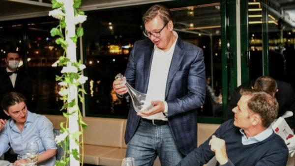 Prapaskenat e vizitës në Serbi, darkë për delegacionin e SHBA, Trump dhuratë për Vuçiç