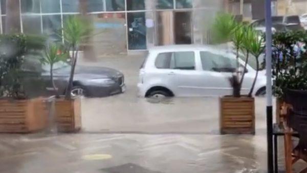 Shiu përmbyt rrugët e Durrësit