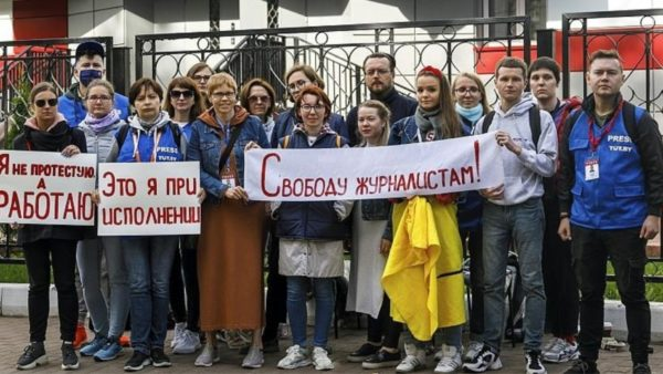 Bjellorusi, vijojnë protestat, Lukashenko zëvendëson gazetarët rebelë me ata rusë