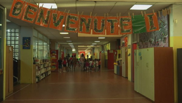 Bie zilja në shkollat italiane. Rinis mes pasigurisë dhe shpresës viti i ri shkollor