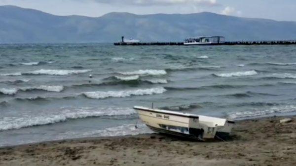 Moti i keq, pezullohet lundrimi detar në Vlorë