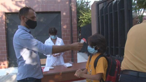 Nga tërmeti në pandemi, Durrësi rikthen nxënësit në shkolla me disa turne