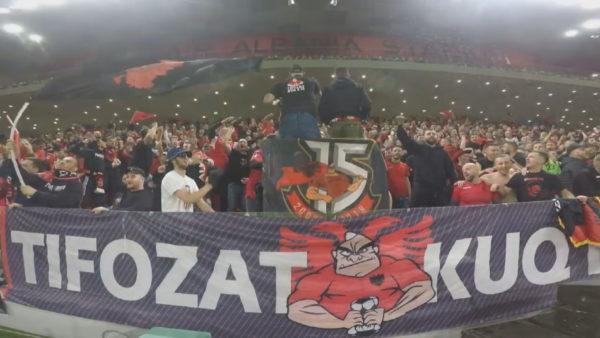 """Mbështetje, arrestime dhe kritika, """"Tifozët Kuq e Zi"""" zbresin në fushë"""