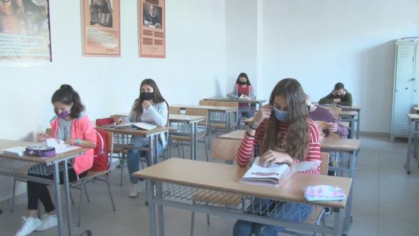 Shkollat e Durrësit në kushte pandemie, mësim me turne në klasa dhe online