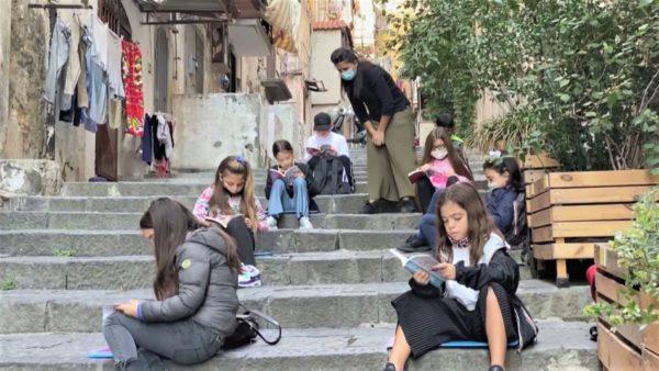Të mësosh gjatë pandemisë në Napoli, rrugicat e ballkonet zëvendësojnë klasat