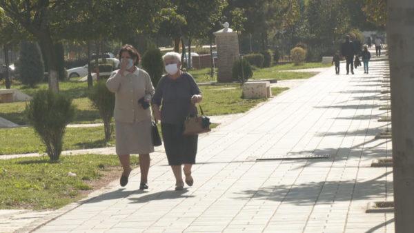 Maskat në ambientet jashtë, qytetarët pro dhe kundër mbajtjes në Kukës