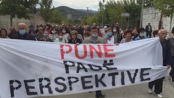 Ballsh, dita e 15 e grevës, protestuesit marshojnë në qytet dhe bllokojnë rrugën