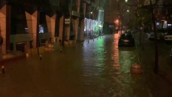 Shiu përmbyt Durrësin dhe Vlorën, uji rrezikon të hyjë dhe në disa banesa