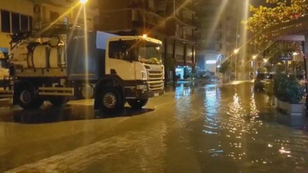 """Shirat """"pushtojnë"""" vendin, përmbytje rrugësh në Durrës dhe Vlorë"""