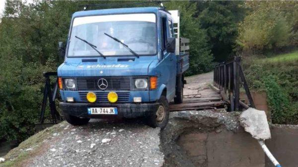 Moti i keq në Kukës, rrëshqitjet e dherave rrezikojnë urën, Fierza i afrohet kuotës maksimale