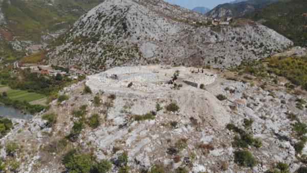Kodra e gërmuar, në mënyrë klandestine, kërkon vëmendje
