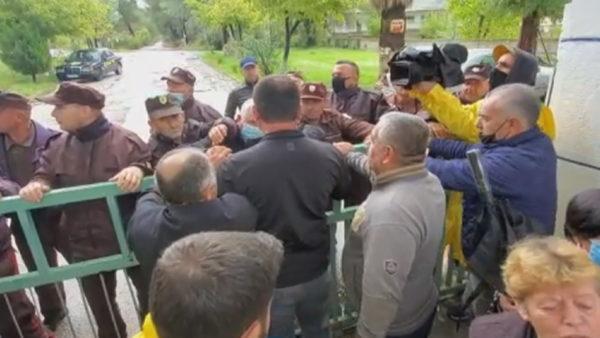 Dita e 16 e grevës së urisë në Ballsh, naftëtarët tentojnë të futen në uzinë
