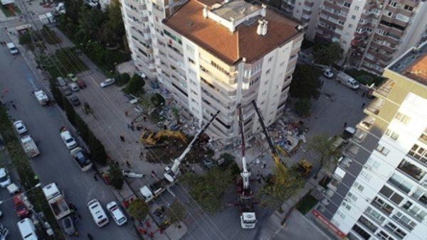 """Tërmeti në Turqi, pallati qëndron në """"këmbë"""" nga 3 vinça"""