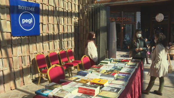 Panairi i vogël i librit, stendat në Kalanë e Tiranës ju ftojnë të njihni veprat e reja