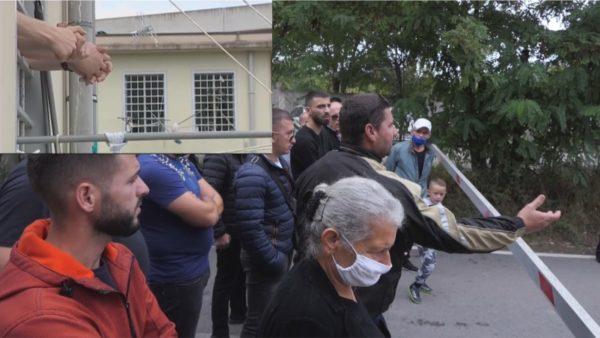 Protestë jashtë burgut të Peqinit, familjarët kërkojnë të flasin në telefon me të dënuarit