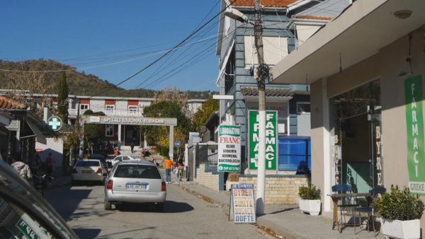 Parkimet e gabuara bllokojnë rrugën e urgjencës në Elbasan