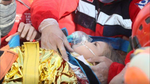 Rritet bilanci i viktimave në Turqi, vogëlushja nxirret gjallë nga rrënojat pas 4 ditësh