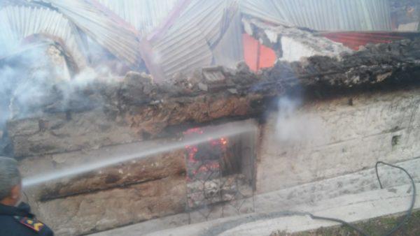 Zjarr në një banesë në Kolonjë, humb jetën një person