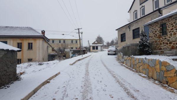 Troket dimri, reshjet e para të borës në qarkun e Kukësit