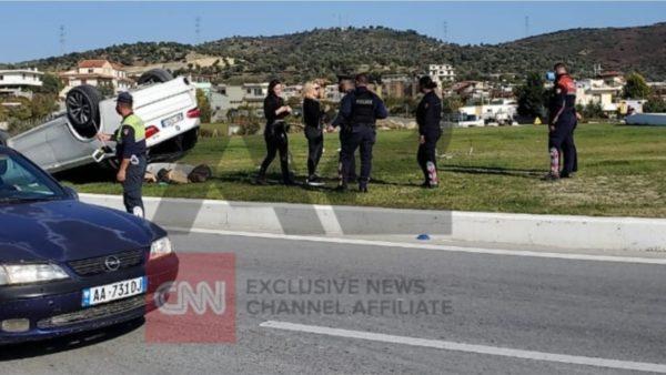 Aksident në Vlorë, përmbyset makina