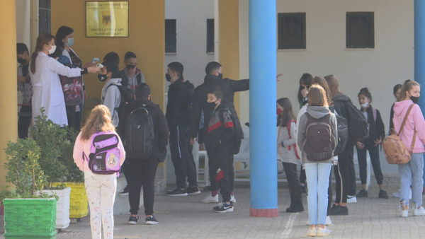 Gati mësimi në distancë? 140 fëmijë dhe 200 mësues në izolim, vendimi pritet nga ekspertët