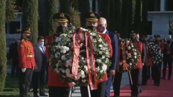 """Dita e Flamurit Kombëtar, Meta, Rama dhe Ruçi urojnë nga Vlora ndërsa Basha nga momumenti """"Nënë Shqipëri"""""""