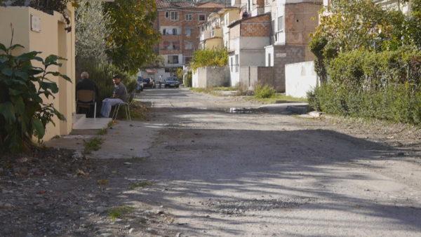 Mungesa e Infrastrukturës, banorët në Elbasan: Rrugët janë të pakalueshme