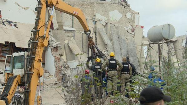 Thumana pas tërmetit, 1 vit nga tragjedia që shkaktoi 24 viktima dhe mijëra të pastrehë