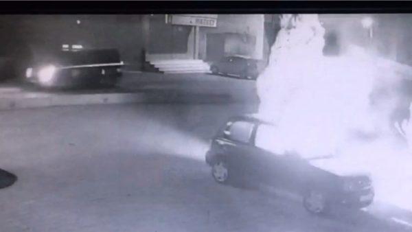 Vlorë, momenti i djegies së makinës së shefit të policisë