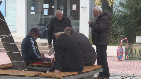 Dyndje në posta, pensionistët marrin shpërblimin: Një flluskë uji për hallet tona