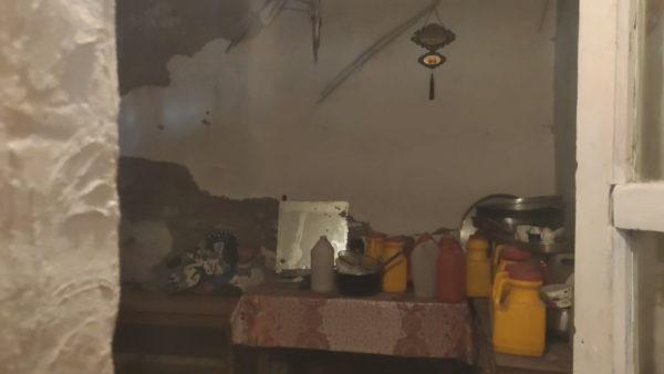 Korça përtej shkëlqimit: Familje pa çati dhe pa bukë pas pazarit të vjetër